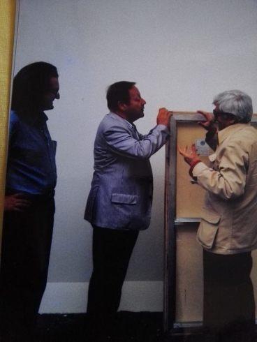 Giovanni Carandente 'non si fida e vuole ricontare'. Burri cerca di convincerlo tra le risate di tutto il gruppo.