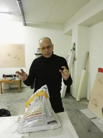 Fosco Valentini in Studio a Lugano, tra migliaia di 'fogli-disegni' e 'fogli-lenticolari', osservo un artista straordinario. Video da scoprire nel suo sito. Da non perdere. Presto da Five Gallery Lugano.