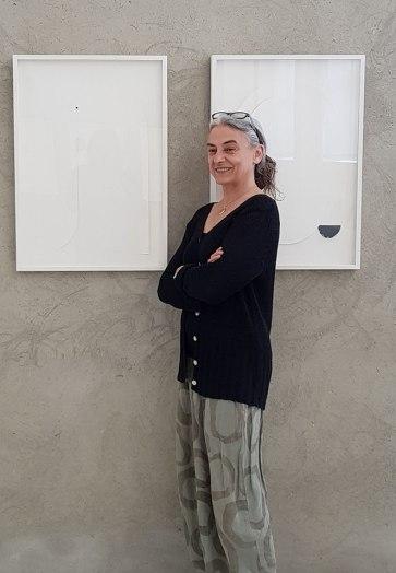 Paola Fonticoli in perfetto equilibrio tra rigore e libertà, tra luce e ombra, tra la retta e la curva, tra la superficie e il volume. Nel riservato spazio dello Studio Masiero a Milano.